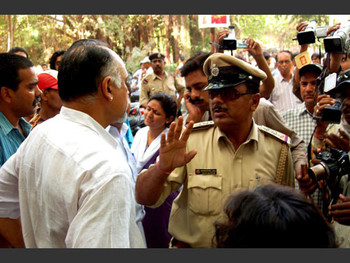 Dean Shivaji Panikkar protesting the VHP intrusion.