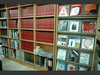 The art periodicals collection at Kim Daljin Art Archive.