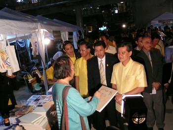 Governor Apirak Kosayothin was greeted by Vasan Sitthiket with a live portrait drawing.