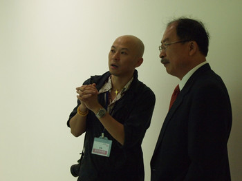 Artist Hung Keung introducing his work to museum director Huang Tsai-Lang