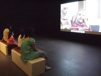 Viewers watching Diana Eljeiroudi's Dolls – A Woman from Damascus, 2008, documentary, 53 min.