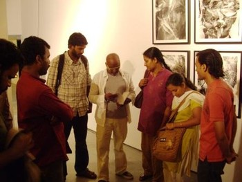 Bose Krishnamachari (Center) in conversation with art college students at Gallery BMB