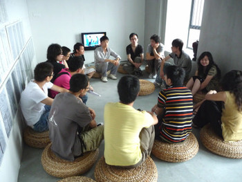 Artist Zheng Bo hosted discussion with audiences at his work.
