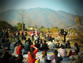 Imgae: Music performance with bamboo sculpture in the background at Choi Yuen Tsuen Arts Festival. Photo: Yuen Chi Chung.
