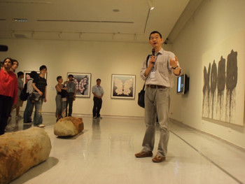 Artist Shi Jin-Hua (石晉華) giving viewers a tour of his X Bodhi Trees Project