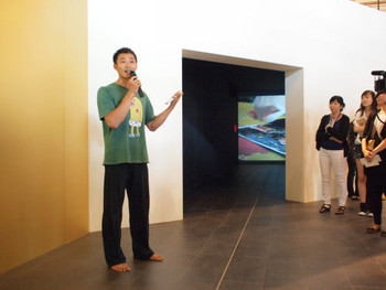 Artist Huang Ming-Cheng (黃明正) talking to the press