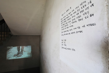 Cho Eun-ji, Speaking of Haenghwa (行花), 2011, single channel video, photo by Kim Sang-don. Cho focused on the character of the Korean geisha Haenghwa in the major novel, Muddy Water (濁流) by Chae Man-sik, who was a master of naturalistic satirical literature based in Gunsan. Hanghwa was depicted as a post-modern woman. Cho extracted the story of 'Speaking of Hanghwa' in Muddy Water, and then reconstructed it as a form of pansori.