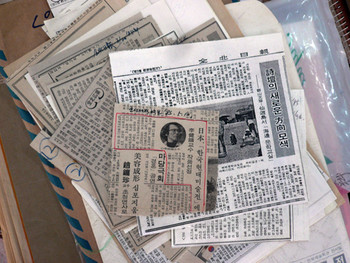 Newspaper clippings written by Lee Kyun-yong. He had contributed articles to local newspapers to encourage people to develop an arts infrastructure in Gunsan