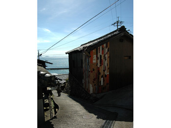 Rikuji Makabe (Japan), project for wall painting in lane, ogijima: wallalley, Teshima.
