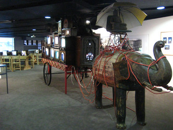 Nam June Paik, Elephant Cart, 1999–2001, installation.
