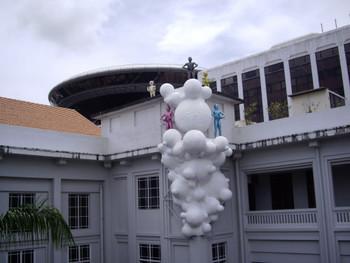 Leeroy New, Teratoma II: Digmaan ng mga Mundo (Teratoma II: War of the Worlds), 2008, installation.