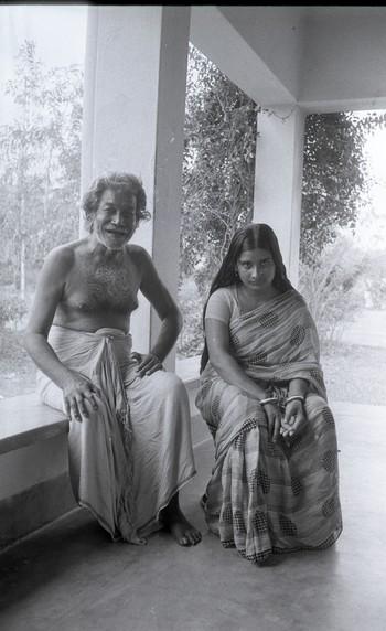 Ramkinkar Baij with Radharani and her relatives, Santiniketan (1978)