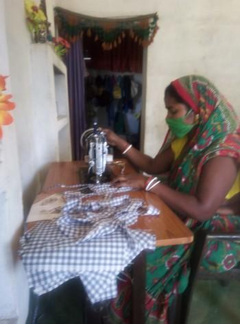 圖片:老師示範如何以舊布料縫製口罩。由 Nikita Teresa Sarkar提供。