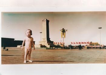 LXT 05193 童年留影——纪念碑 照片染彩 120x240cm 2001.8 邵逸农 慕辰 (1)