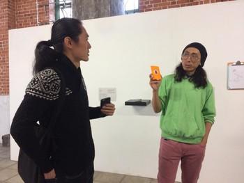 圖片:梁展峰的參與式導賞,以圖象卡代替提問,刺激觀眾對展品內容的聯想和闡釋。