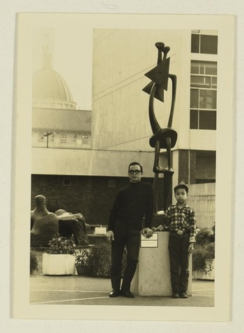 Image: Ha Bik-chuen and his son at Henry Moore sculptures exhibition, organised by the Hong Kong Ur