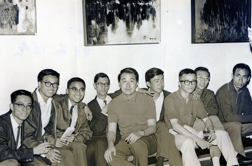 Image: Members of the Modern Literature and Art Association in Hong Kong Quanan Shum, David Lam Chun-fai, Van Lau, Hon Chi-fun and King Chia-lun, at Hon's first solo exhibition at Chatham Galleries in 1963. Courtesy of Choi Yan-chi.
