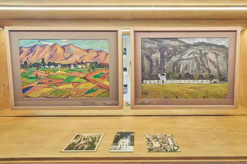 圖片(上方左至右)︰金一德,《鞍鋼》,1963年,紙上油畫,54.5 x 39厘米;《大連》,1963年,紙上油畫,46.8 x 32.1厘米;金一德惠允。 圖片(下方左至右)︰浙江美術學院「博巴班」成員合照,1960年,照片。金一德提供。      金一德與倪貽德,1963年,照片。金一德提供。金一德在他的作品〈援助古巴〉前,1963年,照片。金一德提供。《學不可教》展覽現場,亞洲藝術文獻庫圖書館,2021年。Kitmin Lee攝。