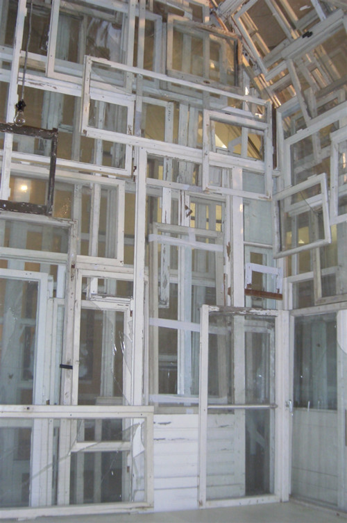 Chiharu SHIOTA 塩田 千春, Windows House: Dreitte Haut (The Third Skin), 2005.