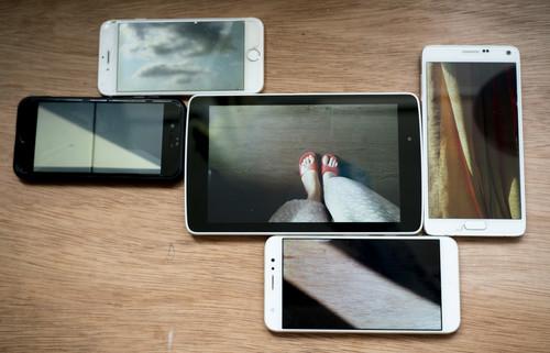 圖片:影像拼貼,由不同手機及平板電腦展示的影像所構成。由林穎詩提供,2021年。