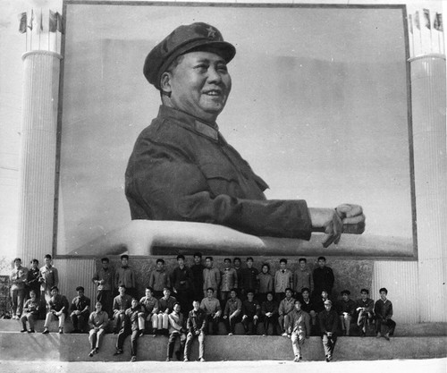 Image: Teachers and students of Zhejiang Academy of Fine Arts, producing a large-scale Mao portrait in Hangzhou Steel Factory, 1968, photograph.   Zheng Shengtian Archive, AAA Collections. Courtesy of Zheng Shengtian.